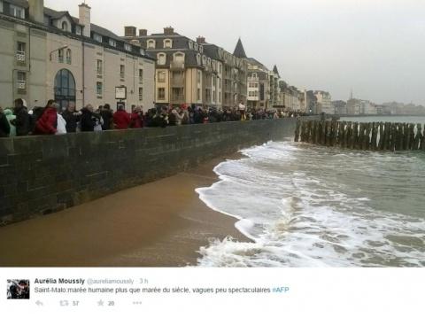 A Saint-Malo, l'affluence est au rendez-vous, pas les vagues...