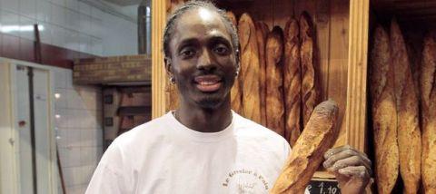 Djibril Bodian, d'origine sénégalaise, boulanger au Grenier à pain (Paris 18e) et lauréat 2010 et 2015 du grand prix de la baguette de la ville de Paris. AFP PHOTO/JACQUES DEMARTHON En savoir plus sur http://www.lexpress.fr/styles/saveurs/la-meilleure-baguette-de-paris-2015-est-le-grenier-a-pain_1665589.html#PIituOkziPLHmLvR.99