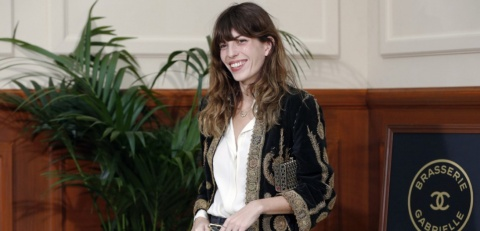 French actress Lou Doillon poses before the Chanel 2015-2016 fall/winter ready-to-wear collection fashion show on March 10, 2015 in Paris.  AFP PHOTO / FRANCOIS GUILLOT