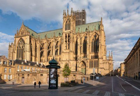 10 - Surnommée la lanterne du Bon Dieu, en raison du grand nombre de vitraux, la cathédrale Saint-Etienne de Metz dispose de 6 500 m2 de surface vitrée. Un record en France! La cathédrale surprend également par la hauteur de l'élévation de la nef principale, trois fois plus haute que les nefs latérales.