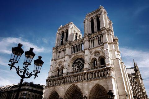 3 - Construite sur près de deux siècles, Notre-Dame de Paris a fêté ses 850 ans en décembre 2012. Les deux rosaces du transept sont parmi les plus imposantes d'Europe avec un diamètre de 13 mètres. Le parvis de la cathédrale abrite le point zéro des routes françaises. iStock