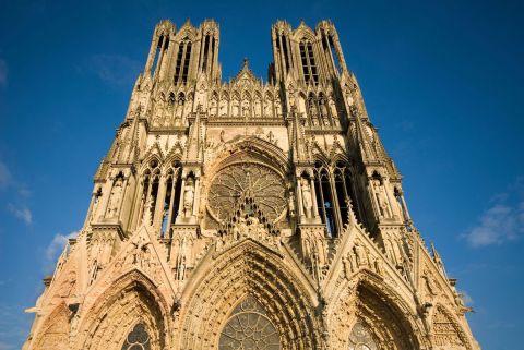 5 - Chef d'oeuvre de l'art gothique, la cathédrale Notre-Dame de Reims impressionne par la richesse de sa statuaire qui compte 2 303 statues. La cathédrale a été le lieu du sacre des rois de France, d'Henri Ier en 1027 à Charles X en 1825.