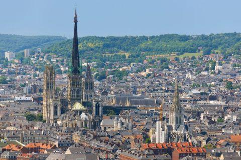 6 - Notre-Dame de Rouen est la cathédrale la plus haute de France avec sa flèche en fonte qui culmine à plus de 150 mètres de hauteur. Elle possède également la façade la plus large de France. Elle a été immortalisée par Claude Monet, dans une série de 30 tableaux.