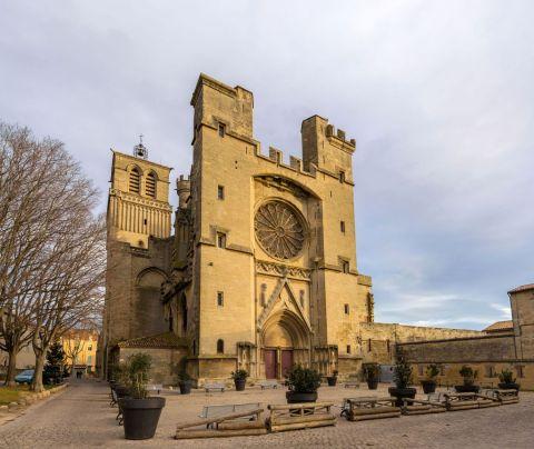 7 - Construite sur un ancien temple romain et dédiée aux saints Nazaire et Celse, la cathédrale Saint-Nazaire de Béziers surplombe la ville. L'intérieur de la cathédrale, par ses dimensions, prend la forme d'une croix grecque