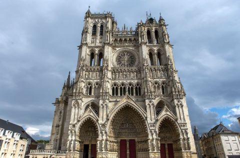 9 - Avec 200 000 m3, la cathédrale Notre-Dame d'Amiens est la plus grande de France. L'architecture allie plusieurs styles gothiques, du rayonnant avec le chevet au flamboyant avec la grande rosace. Elle est classée au patrimoine mondial de l'UNESCO depuis 1981