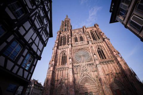 8 - Deuxième cathédrale la plus haute de France, Notre-Dame de Strasbourg se singularise par son unique clocher. Avec plus de 4 millions de visiteurs par an, elle est la deuxième cathédrale la plus visitée après Notre-Dame de Paris.