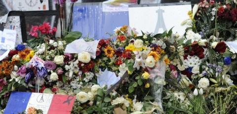 Fleurs sous le Monument de la Republique lors de la journee d'hommage aux victimes des attentats du 13 novembre. Place de la Republique, Paris, FRANCE - 27/11/2015./ALCALAYSARAH_142815/Credit:Sarah Alcalay/SIPA/1511281434